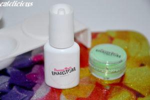 Beauty time: Enailstore colla con pennello e le tip naturali, base della ricostruzione d'unghie