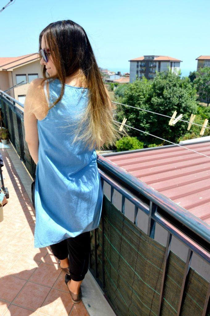 Outfit pantaloni alla turca con gli spacchi ed il tshirt denim